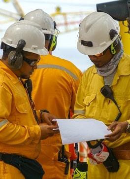 မြန်ဆန်ခြင်းနှင့်စောင့်ကြည့်လေ့လာခြင်း - ရေနံနှင့်သဘာဝဓာတ်ငွေ့စက်ရုံရှိဆိုက်ရောက်စဉ်အတွင်းဆွေးနွေးမှုများပြုလုပ်နေသည့်ကိုယ်ပိုင်အကာအကွယ်ပစ္စည်းများ (PPE) ရှိသည့်အမည်မသိကန်ထရိုက်တာများနှင့်ဖောက်သည်များ။