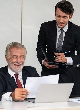 تحقیقات بازار بین الملل - مدیر ارشد قفقاز که در دفتر کار خود را با کمک جوانان تاجر آسیایی و مترجم در جلسه انجام می دهد. شرکت بین المللی