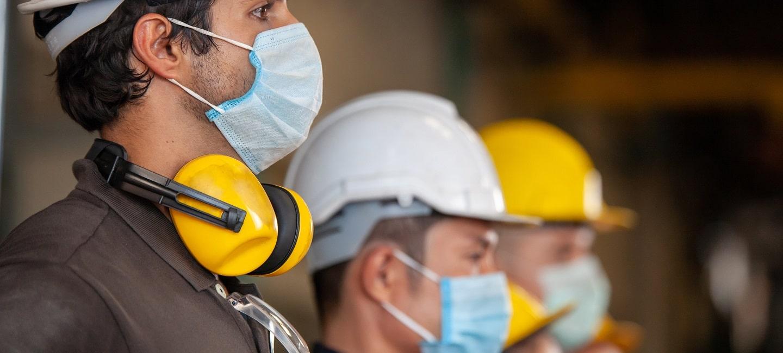 ऑपरेशन और रखरखाव, नवीनीकरण - मशीन औद्योगिक कारखाने में सुरक्षा के लिए श्रमिक सुरक्षात्मक फेस मास्क पहनते हैं।