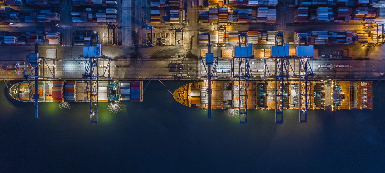 ပို့ကုန်သွင်းကုန်အထောက်အပံ့၊ ညအချိန်တွင်ကုန်ပစ္စည်းတင်ပို့သောကုန်တင်သင်္ဘော၏မြင်ကွင်း