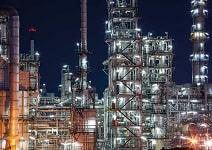 تأمین منابع صنعتی - کارخانه صنعتی در طول شب روشن می شود.
