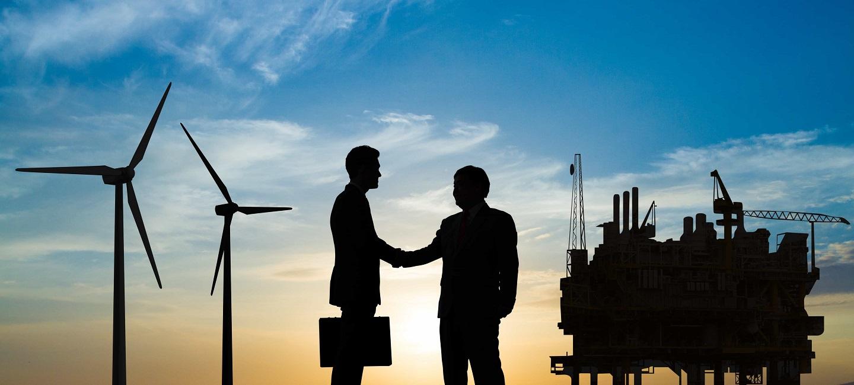 پیشنهادات بین المللی - مدیر فروش پس از بستن معامله با یکدیگر دست می دهد