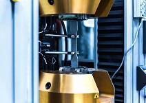 اختبار الشد ، آلة اختبار قوة الشد الأوتوماتيكية مع اختبار عينة المنتج في معمل المصنع الصناعي. الخواص الميكانيكية لاختبار المواد